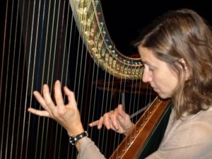 Sndrine Chatron jouant la harpe Erard 1805. Photo (C) Sylviane Falcinelli